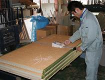 積んだ畳を1枚づつ寸法を測ります。