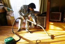 畳をあげて丁寧に掃除します。