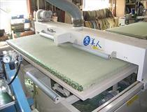 畳表についている染土(白い粉)を機械で均一に取ります。